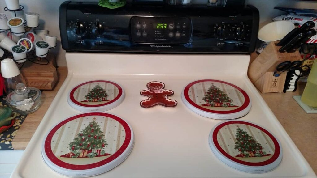 Christmas tree burner covers with gingerbread spoonrest