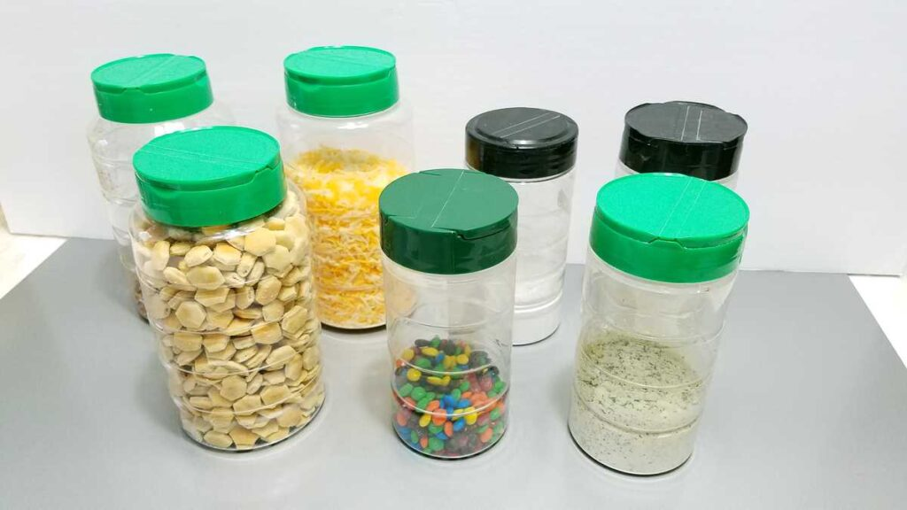 7 containers of food that can be poured out through convenient lids