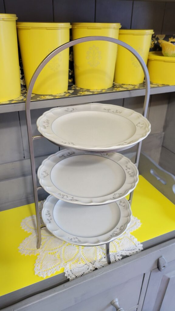 plate rack with 3 plates on it
